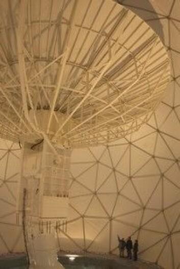 """""""De store antennene på SvalSat er beskyttet mot vind og vær av radomer."""""""
