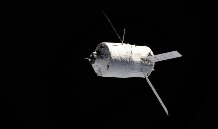 ATVen Johannes Kepler nærmer seg romstasjonen. Bildet er tatt av ESAs astronaut Paolo Nespoli på ISS. (Foto: ESA/NASA)