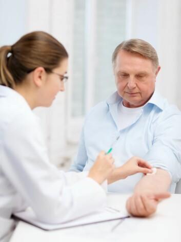 Sesonginfluensa tar livet av mange eldre i vintermånedene. Folkehelseinstituttet anbefaler flere eldre å vaksinere seg. (Foto: Colorbox)