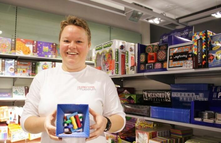 Sabine Schrantz er butikkmedarbeider på Teknisk museum, tankenøtter er hennes favoritt i gavebutikken. (Foto: Ida Korneliussen)