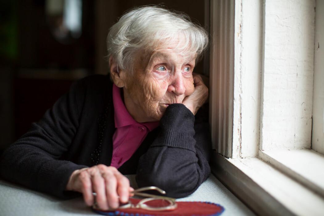 Eldre personar er spesielt sårbare for einsemd som følgje av aldersrelaterte endringar, som at helsa blir dårlegare, at sosiale roller fell bort etter at ein går av med pensjon og tap av partnar og vener.