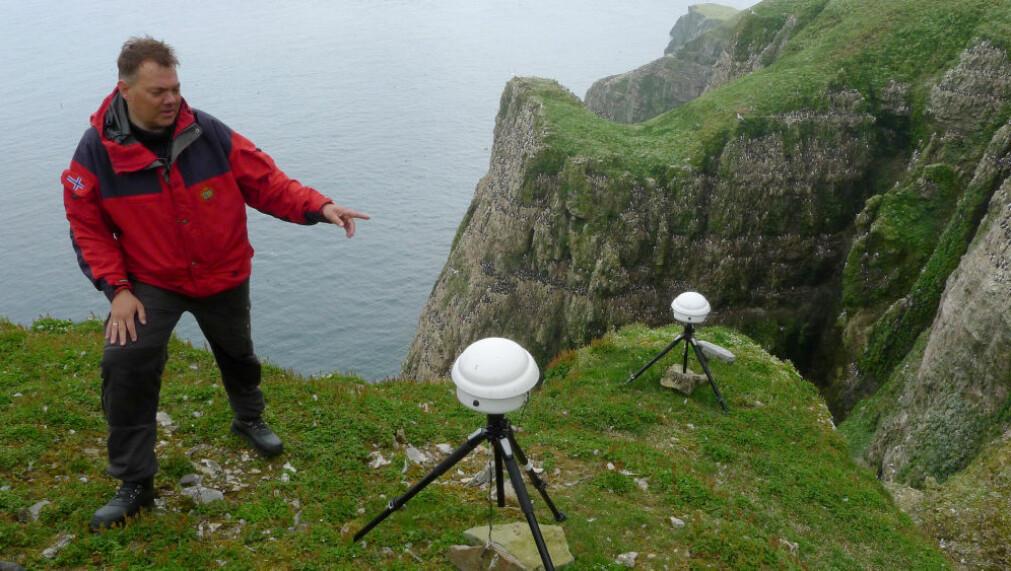 Forskerne bruker blant annet automatiske kameraer for å overvåke sjøfugler. Sjøfuglforsker Hallvard Strøm er her fotografert under jobb på Bjørnøya.