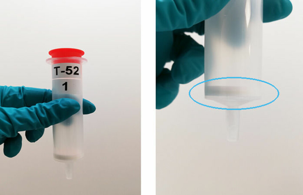 This is a sorbent cartridge used in air samplers. The thin white layer, marked with a blue circle on the picture to the right, is the ABN sorbent. When air is pumped through the cartridge, siloxanes and other airborne chemicals are trapped in the sorbent material.