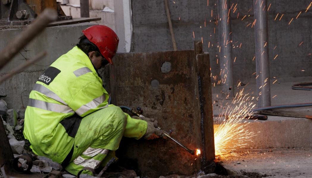 Å jobbe på byggeplass er typisk fysisk krevende arbeid. Det kan være belastende for kroppen å bære, sitte mye på huk eller å gjøre de samme armbevegelsene om og om igjen.