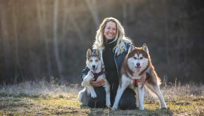 Hundeinstruktør Tess Erngren forteller at en del eiere synes at hunden blir vanskeligere å trene når den kommer i puberteten.
