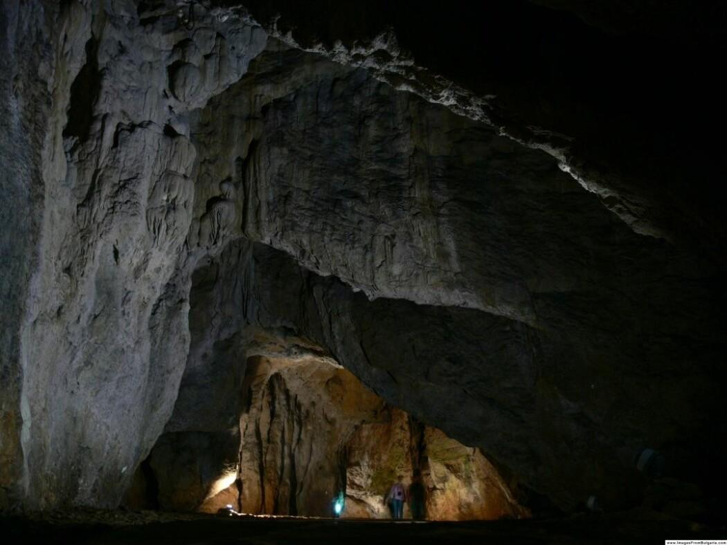 Det har blitt funnet tusenvis av gjenstander og knokler i denne hulen. Steinverktøy, pynteperler som kanskje skulle henge rundt halsen, og over 10 000 knokler fra forskjellige byttedyr.