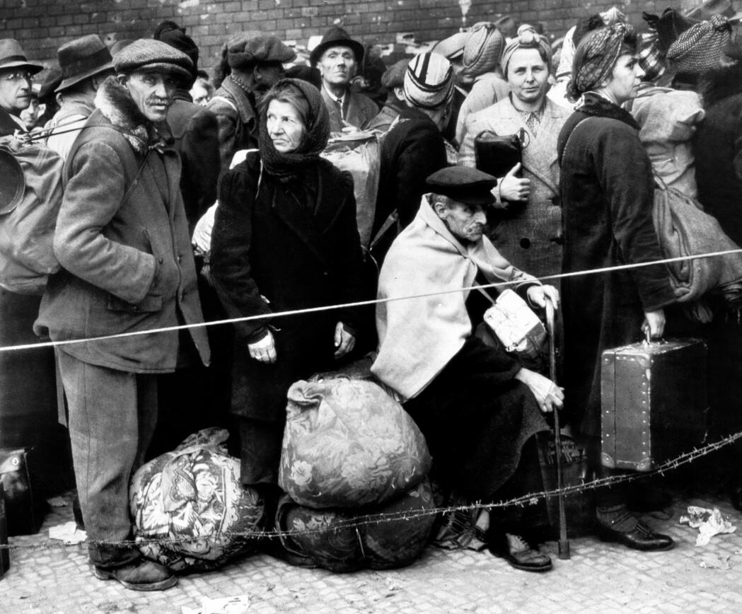 En selvmordsepidemi rammet Tyskland under krigens siste dager og etter krigen. Her venter tyskere på å forlate Berlin noen måneder etter at krigen er tapt.