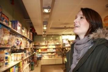 Silje Botten finner julegaver i gavebutikken på Teknisk museum. (Foto: Ida Korneliussen)