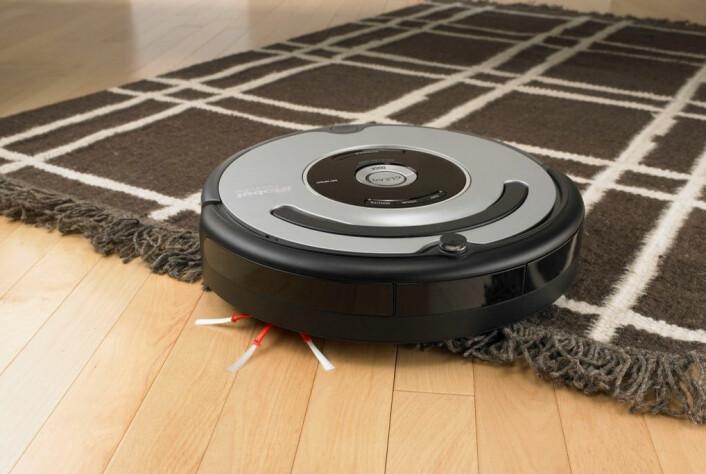 Den runde Roomba-en støvsuger hjemmet helt av seg selv. (Foto: iRobot)