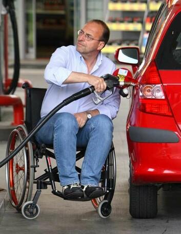Mann i rullestol fyller bensin. (Illustrasjonsfoto: www.colourbox.no)