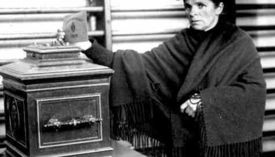 Kvinnen på bildet avlegger sin stemme i 1909, etter at begrenset stemmerett ble innført i 1907. Anders Beer Wilse/Norsk Folkemuseum