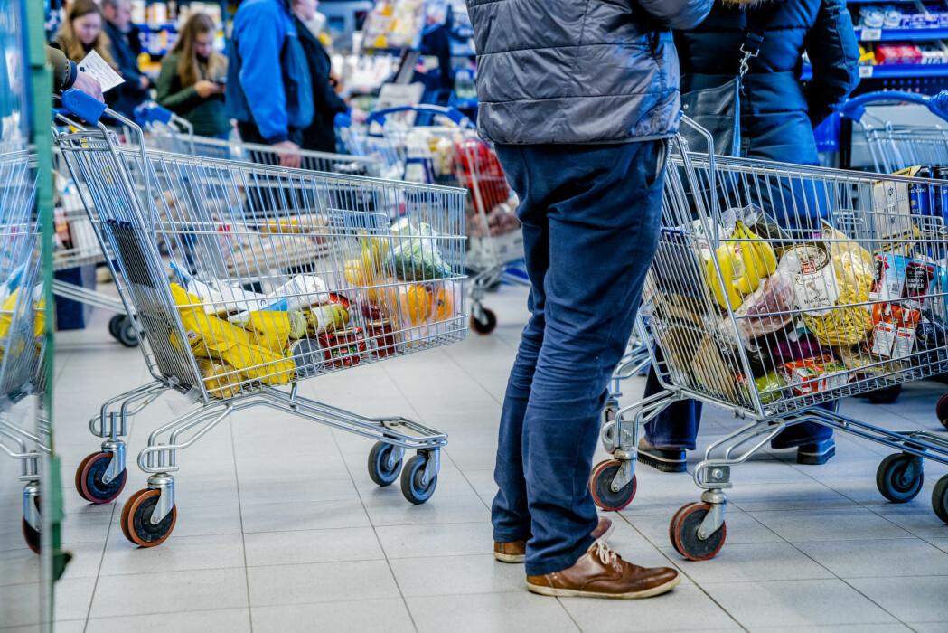 Mange nordmenn dro på storhandel i matbutikken da regjeringen innførte strenge koronatiltak i samfunnet 12. mars. Under virusutbruddet har nordmenns matvaner endret seg. Her fra Rema 1000 på Bekkestua i Bærum.