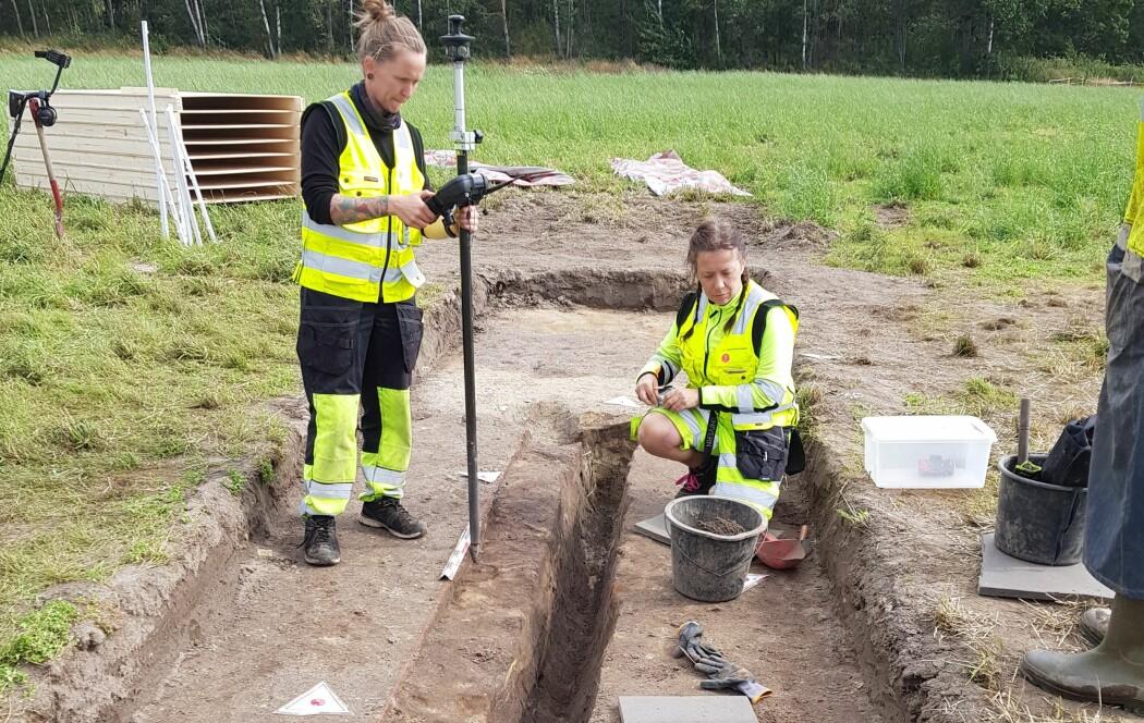 Her arbeider arkeologene med å undersøke dreneringsgrøften og skipsrestene under prøveutgravningen i 2019.