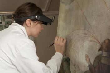 Målerikonservator Hilde Smestad Moore har brukt omlag 200 timar konserveringaarbedi på dette måleriet frå Mariakyrkja i Bergen. (Foto: Terje Tveit)