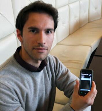 Sikkerhetsforsker Federico Mancini med openXdata-skjema på mobiltelefonen. (Foto: Norunn K. Torheim)