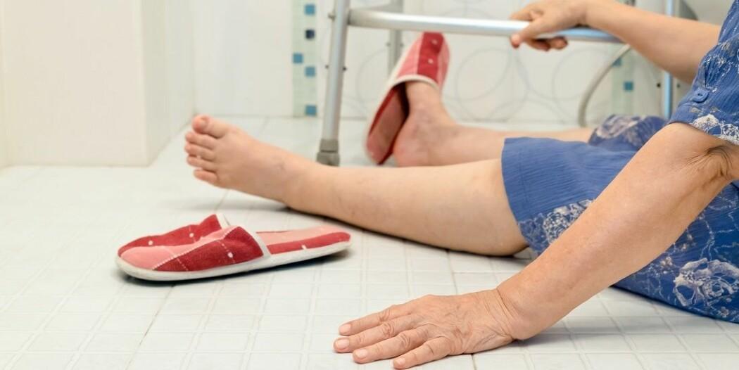 Mange eldre brekker ei hofte innendørs. Operasjonen er vanlig.