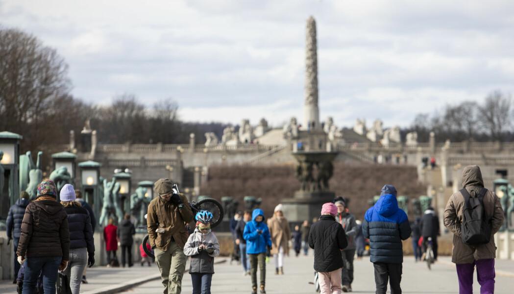 Ut på tur i egen by ser ut til å være en skikkelig oppkvikker for humøret, ifølge ny studie. Særlig bra er det å reise variert og oppsøke bydeler som er annerledes enn der man bor. Her fra Frognerparken i Oslo.
