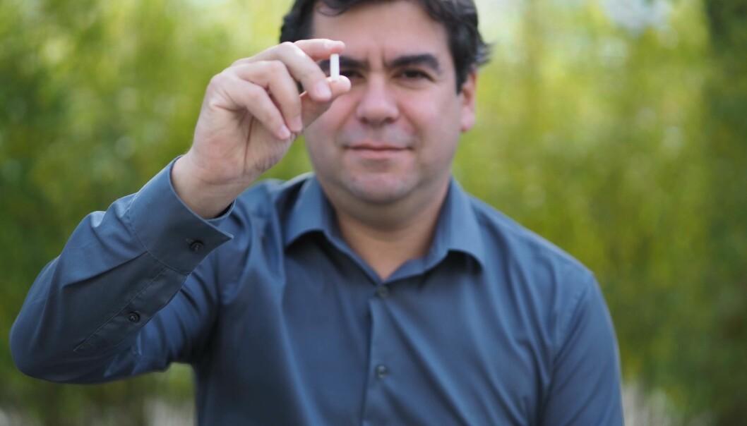 Denne lille sylinderen av keramikk er skrevet ut i 3D-printer. Carlos Grande og de andre forskerne i prosjektet har tro på at denne vil gjøre det lettere og raskere å produsere vaksiner.