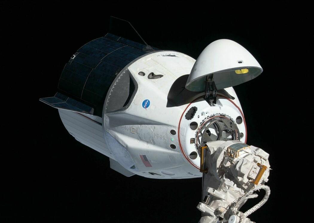 Crew Dragon-romskipet ankommer Den internasjonale romstasjonen i 2019, under den første test-flygningen. Denne var ubemmanet