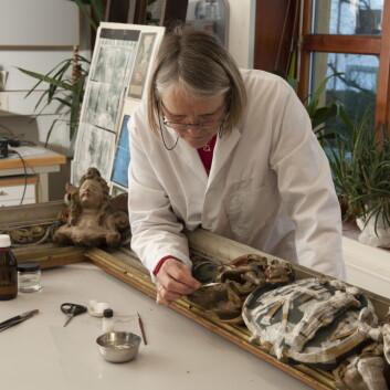 Anne Ytterdal er avdelingsleiar på konserveringsavdelinga ved Arkeologisk museum, UiS. Ho syns arbeidet med kunstverk frå Mariakyrkja i Bergen er ein spennande oppgåve. (Foto: Terje Tveit)