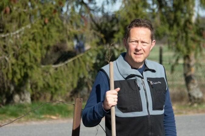 NIBIO-forskar Christian Pedersen ved gardsdammen på Støkken Østre, seint i april i år. Han fann både stor- og småsalamander, i tillegg til vannkalv og nymfer av fleire artar augnestikkarar og vårfluge.
