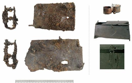 De mulige låsbeslagene fra Harkmark til venstre, og lignende beslag på ei tine og ei kiste i Oseberggrava til høyre. Det er ikke utenkelig at beslagene fra Harkmark kan ha blitt brukt til noe lignende.