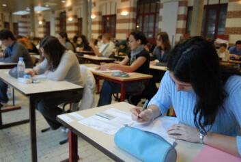 Både Ingunn Skre og Catharina Wang trekker frem press om å gjøre det bra på skolen som en årsak til stress og psykiske plager blant ungdom. (Foto: Colourbox)