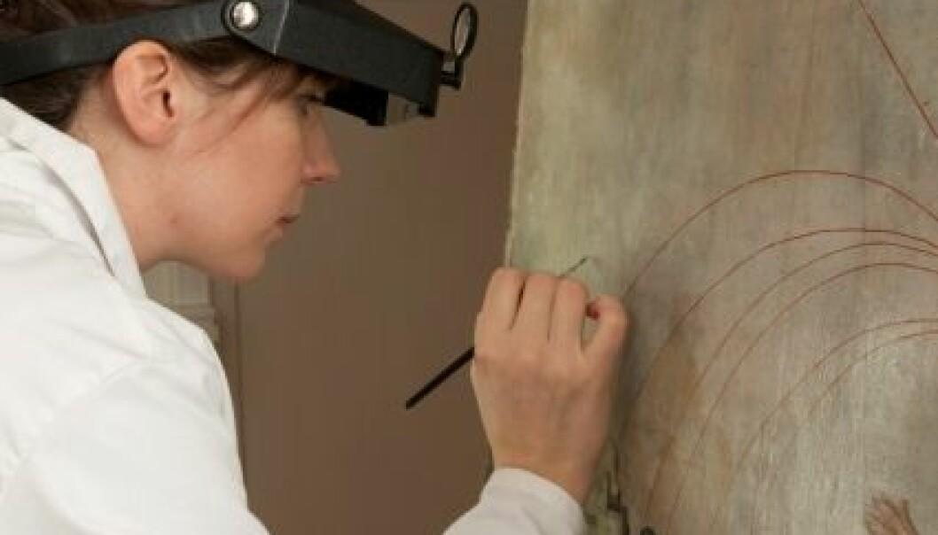 Målerikonservator Hilde Smestad Moore har brukt omlag 200 timar konserveringaarbedi på dette måleriet frå Mariakyrkja i Bergen. Terje Tveit