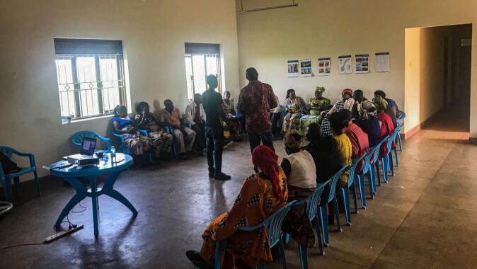 Flyktningfamiliene fra Kongo oppholdt seg i en FN-leir i Uganda før de kom til Norge som kvoteflyktninger. Her lærer de om kulturen i landet de snart skal reise til, sommeren 2019.
