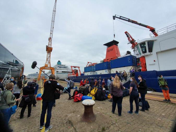 HEKTISK Det var travle timer før MOSAiC deltakerne endelige kunne gå ombord på forskningsskipet Maria S. Merian som tar forskerne til Svalbard og Polarstern. Merk at alle deltakerne måtte ha munnbind før de steg ombord i skipet.
