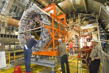 """""""Den innerste detektoren i ATLAS monteres. Til denne brukes det argon- gass. (Foto: CERN)"""""""