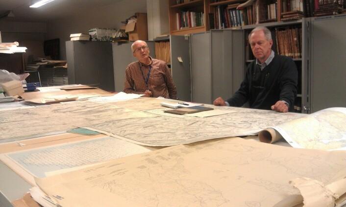 Johnny Andersen (til venstre) og Ulf Hansen jobber på Statens kartverk. Begge har jobbet med kartoppmåling og feltarbeid, på samme måte som de danske offiserene noen hundreår før. Her i arkivet foran gamle kart fra hele Kartverkets historie - som startet i 1773, (Foto: Nina Kristiansen)