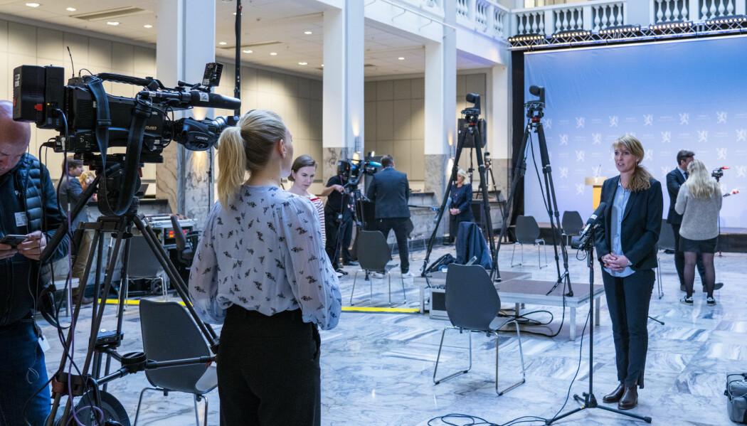 Avdelingsdirektør ved Folkehelseinstituttet Line Vold blir intervjuet om koronasituasjonen etter en pressekonferanse. De som sitter og regner på hvordan sykdommen sprer seg i befolkningen er en gjeng med elleve forskere i modelleringsgruppa til Folkehelseinstituttet.