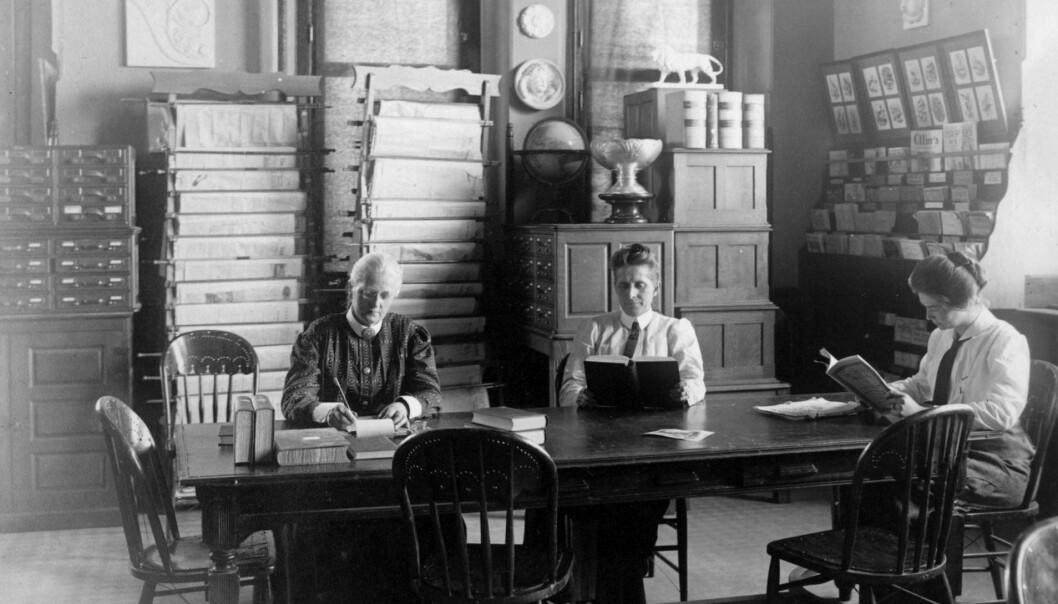 Professor i historie Agnes Mathilde Wergeland (1857–1914) (til venstre) med sin venninne/samboer Grace Raymond Hebard (i midten) og ei ukjent kvinne. Tatt i biblioteket på University of Wyoming i Larabie.