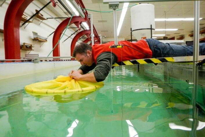 Modellforsøk i slepetank inngår i utviklingsarbeidet som ligger bak den lukkede merden. Her utført med bistand fra Jud DeCew, University of New Hampshire Durham i USA. (Foto: Pål Lader, SINTEF Fiskeri og havbruk)
