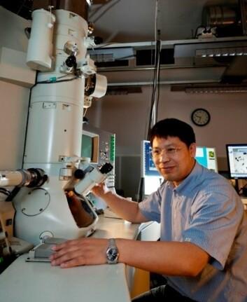 Forsker Yanjun Li studerer mikrostrukturen i aluminiumlegeringer i elektronmikroskop. (Foto: Thor Nielsen, Sintef)