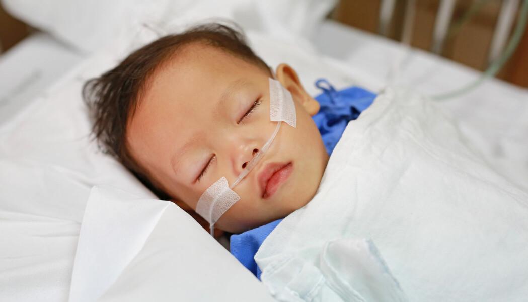 Mange av de amerikanske pasientene trengte hjelp til å puste. Gutten på bildet er ikke et av barna.
