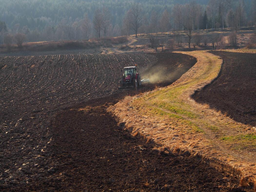 Bonden gjør jorda i Maridalen klar for en ny sesong. Men hva er all denne jorda egentlig lagd av?