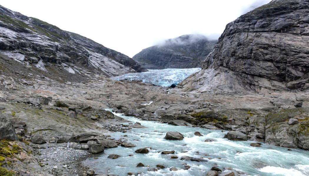 Det er slik det begynner: Is og vann sliper steinen i stykker og danner løsmasser, som grus, sand og leire. Bildet er fra Nigardsbreen i Luster i Vestland.