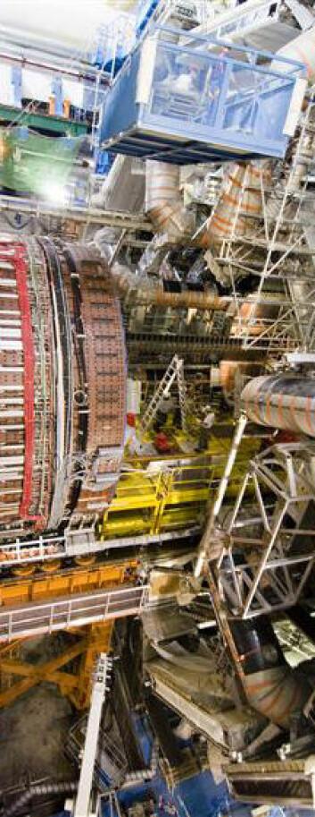"""""""I forhold til partiklene er detektoren nesten latterlig stor. Legg merke til arbeidsfolkene omtrent midt på bildet."""""""