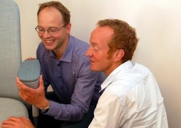 Christian Lodgaard i SB Seating (til høyre) spår at det trolig vil gå fra to til fire år før de unike armlenene vil dukke opp i konsernets produktsortiment. Her sammen med Sintef-forsker Jens Kjær Jørgensen. (Foto: Svein Tønseth, Sintef)