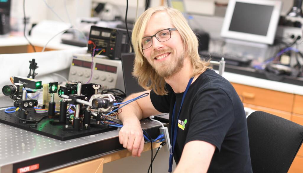 Forsker Jostein Thorstensen bruker et såkalt interferometer til å måle bølgelengder og korte avstander.