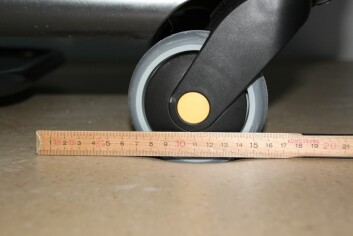 Det er en fordel at utstyr som skal brukes på dette gulvet har hjul med litt størrelse. Små hjul og tung last gjør at gulvet svikter. (Foto: Arne Nesje/SINTEF)
