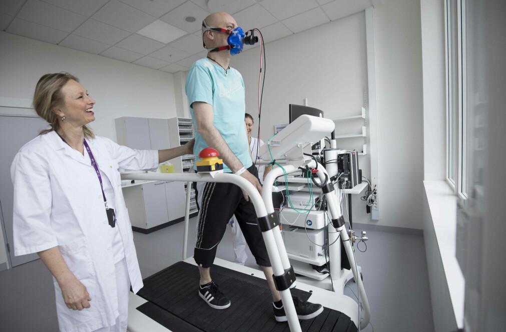 Tom Rosenvinge (50) ble smittet med covid-19 i Østerrike og lå ni dager i respirator. Nå er han med i et forskningsprosjekt som ser på senvirkningene etter sykdommen.