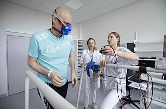 Tom Rosenvinge sammen med bioingeniør Vilde Bertelsen. Tre måneder og 12 måneder etter utskrivelse fra sykehus skal pasientene som har vært covid-19-smittet, gjennomgå grundige undersøkelser.