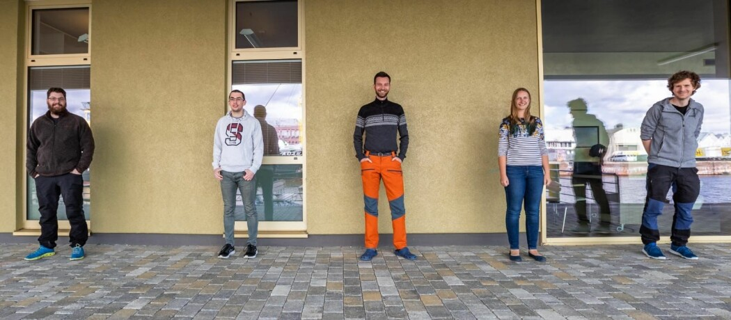 Sosial distanse på kaia. Her er det luftepause ved karantenehotellet i Bremerhaven før avreise. Fra venstre Benjamin Lange (NPI), Evgenii Salganik (NTNU), Morven Muilwijk (UiB/ Bjerknessenteret), Jessie Gardner (UiT) and Oliver Müller (UiB).