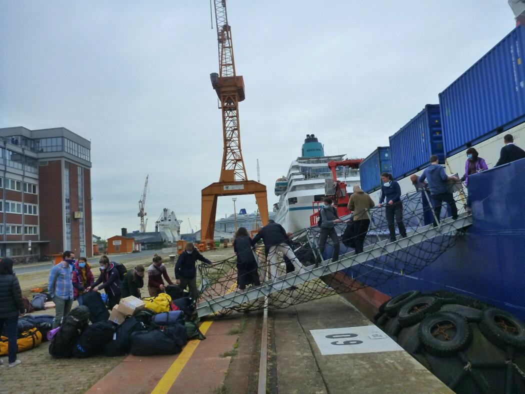 Lang, lang rekke. Vi laster skipet bagasjen før avreise fra Bremerhaven.