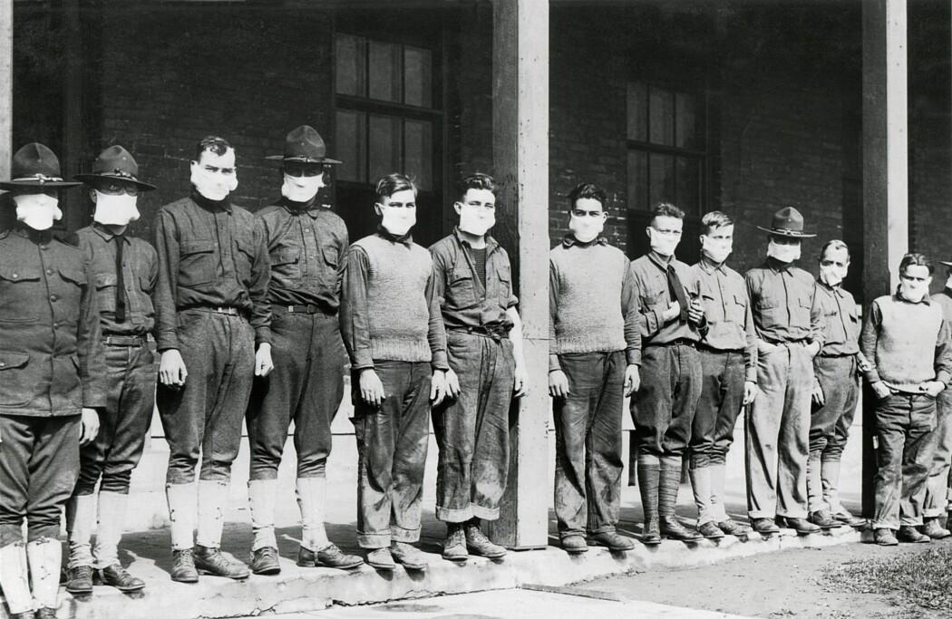 Menn med munnbind utenfor et amerikansk militærsykehus i 1918.
