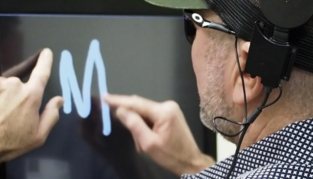 En blind mann skriver den bokstaven han ser i hodet sitt når forskerne stimulerer hjernen hans.