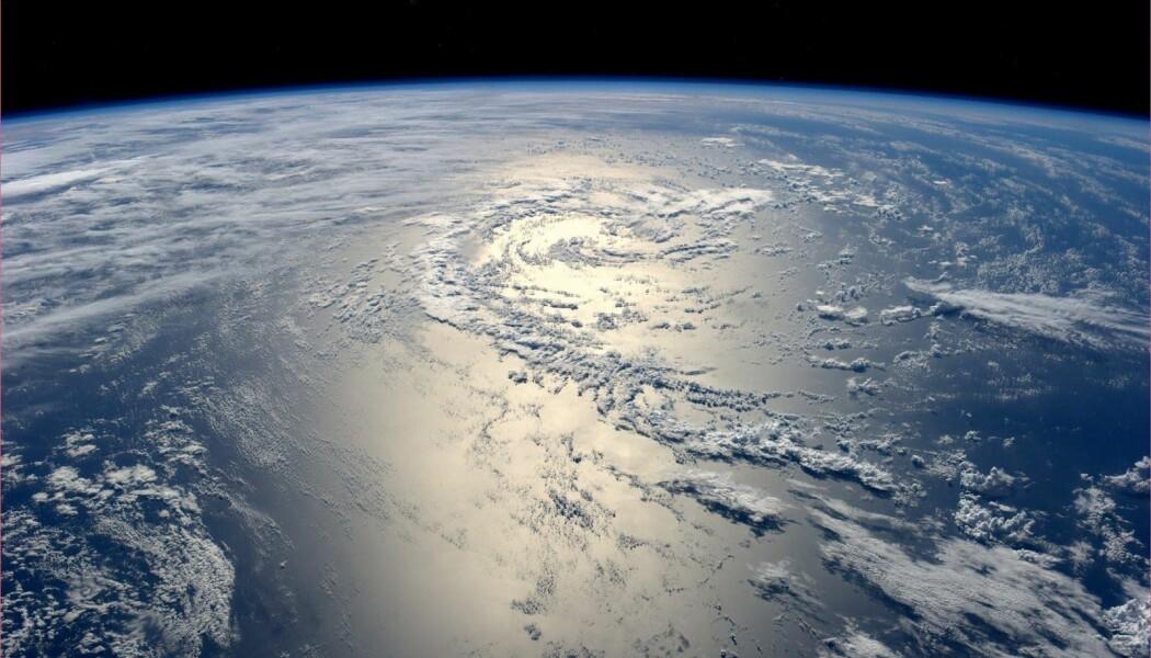 Solen reflekteres av Stillehavet, sett fra Den internasjonale romstasjonen.